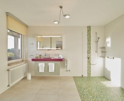 Badezimmer im Doppelzimmer der Hallwang Clinic - Deutschland