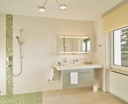 Badezimmer im Einzelzimmer der Hallwang Clinic - Deutschland