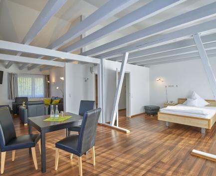 Suite mit Schlafzimmer und Wohnraum der Hallwang Clinic - Deutschland
